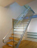 moderner treppenraum mit treppengel nder aus glas und handlauf aus edelstahl bild kaufen. Black Bedroom Furniture Sets. Home Design Ideas