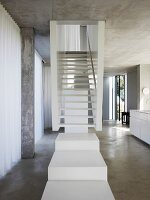 weisses treppenpodest vor treppe im offenen wohnraum mit. Black Bedroom Furniture Sets. Home Design Ideas