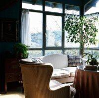 Wohnzimmer im alten rustiko mit roter couch und mit kissen for Roter ohrensessel