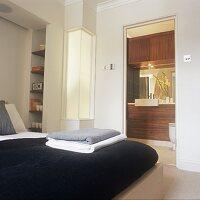 moderne waschsch ssel auf unterschrank aus holz bild kaufen living4media. Black Bedroom Furniture Sets. Home Design Ideas