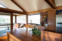 Eine Küche mit Holzfronten