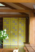 Ein Schrank mit gelbem Muster