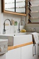 Ein doppeltes Waschbecken in einem Bad