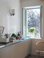 Essensvorbereitung auf Küchenzeile und geöffnetes Fenster