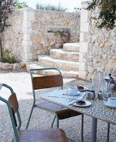 Nachmittagspause auf Terrasse mit Treppe aus Naturstein