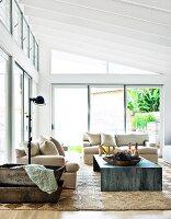 schmaler flur mit schwarz weiss gestreiftem teppichl ufer und blick durch offene t r auf vintage. Black Bedroom Furniture Sets. Home Design Ideas