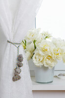 Curtain tie-back made of rope and pebbles