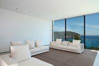 dunkler holztisch unter designer h ngelampe in modernem. Black Bedroom Furniture Sets. Home Design Ideas