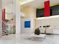 sofa objekt mit polstern auf podest vor wand aus drehbaren raumteilern bild kaufen living4media. Black Bedroom Furniture Sets. Home Design Ideas