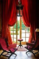 st hle mit weissem gepolstertem bezug auf r ckenlehne um tisch mit pinkfarbener tischdecke und. Black Bedroom Furniture Sets. Home Design Ideas