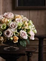 A nostalgic rose bouquet in a bowl on a flower stand