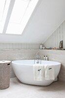 Freistehende Badewanne in Badezimmerecke unter Dachschräge mit ...   {Freistehende badewanne unter dachschräge 47}