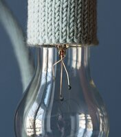 A knitted cable holder for a light bulb (close-up)