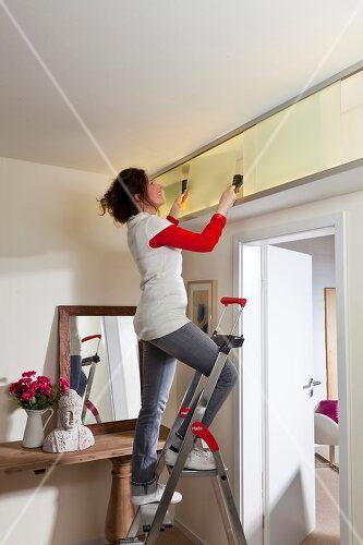 Raumsparendes DIY-Regal passt perfekt zwischen Decke und Türrahmen