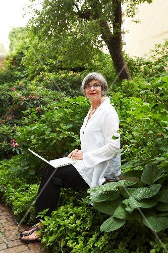 Galeristin Elly liebt es in ihrem Garten zu lustwandeln und zu meditieren, Dresden