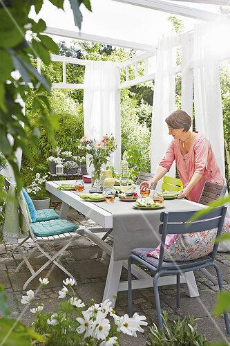 So verhelfen Sie Ihrer Terrasse zu neuer Topform für die kommende Outdoor-Saison