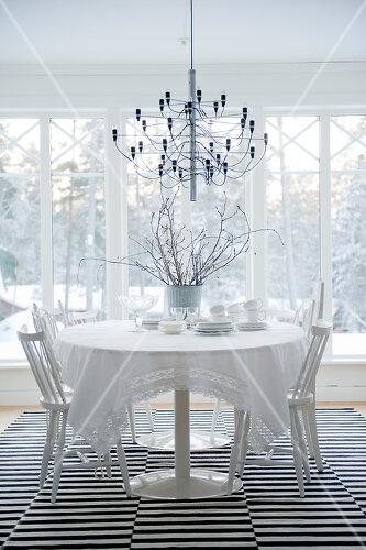 Weißes Holzhaus im winterlichen Örebro