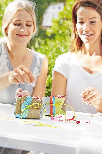 Ein fröhlicher Näh-Spaß im Garten für kreative Freundinnen