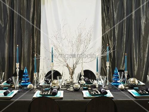 festlich gedeckter weihnachtstisch in blau und silber. Black Bedroom Furniture Sets. Home Design Ideas