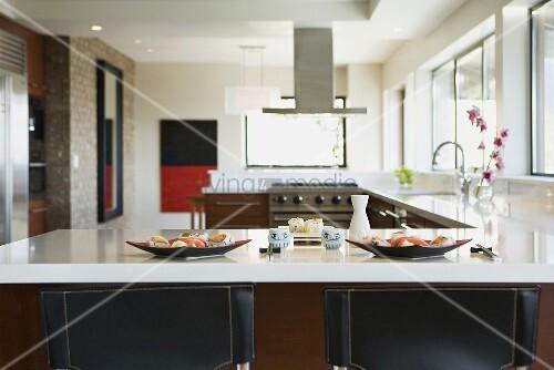 offene k che mit sushi auf k chentheke bild kaufen living4media. Black Bedroom Furniture Sets. Home Design Ideas