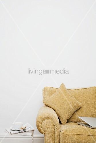 laptop auf couch kaffeetasse mit zeitung auf beistelltisch ausschnitt bild kaufen. Black Bedroom Furniture Sets. Home Design Ideas