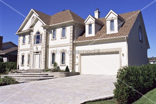 grosses haus mit garageneinfahrt bild kaufen living4media. Black Bedroom Furniture Sets. Home Design Ideas