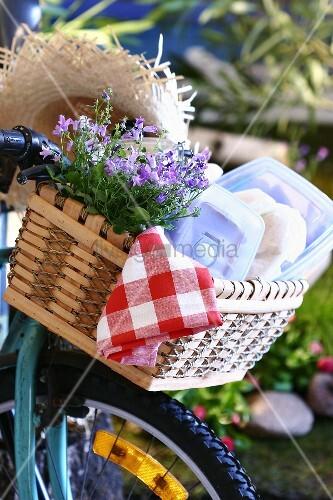 picknickkorb auf einem fahrrad bild kaufen living4media. Black Bedroom Furniture Sets. Home Design Ideas