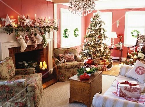 weihnachtlich dekoriertes wohnzimmer mit geschm cktem christbaum kamin sofa sesseln. Black Bedroom Furniture Sets. Home Design Ideas