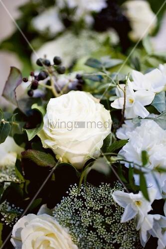 blumenstrauss mit weissen rosen und narzissen bild kaufen living4media. Black Bedroom Furniture Sets. Home Design Ideas