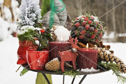 weihnachtsdeko auf tisch im freien bild kaufen living4media. Black Bedroom Furniture Sets. Home Design Ideas