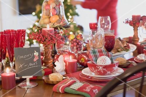 weihnachtlich gedeckter tisch frau im hintergrund usa bild kaufen living4media. Black Bedroom Furniture Sets. Home Design Ideas