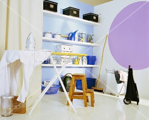 haushaltsraum mit wandregal b gelbrett haushaltsger te putzutensilien und vorratskisten. Black Bedroom Furniture Sets. Home Design Ideas