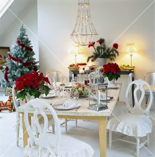 weihnachtlich geschm cktes esszimmer mit gedecktem tisch f r das weihnachtsessen bild kaufen. Black Bedroom Furniture Sets. Home Design Ideas