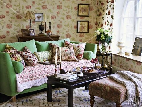 Romantisches wohnzimmer mit pastellgr nem sofa und einem mix an floralen mustern bild kaufen - Romantisches wohnzimmer ...