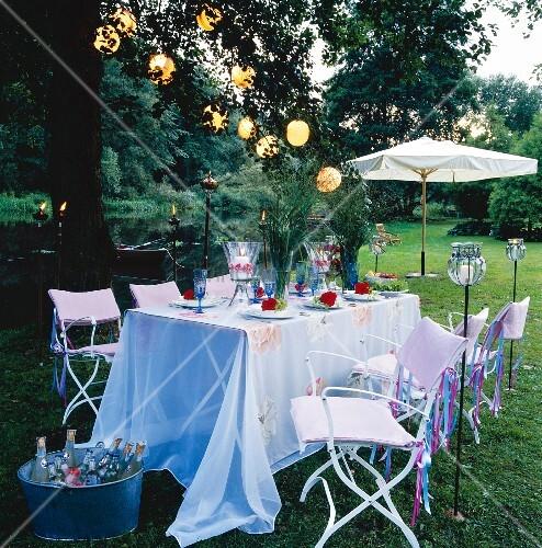 Gedeckter Tisch Im Garten: Festlich Gedeckter Tisch Im Garten Mit Blumen
