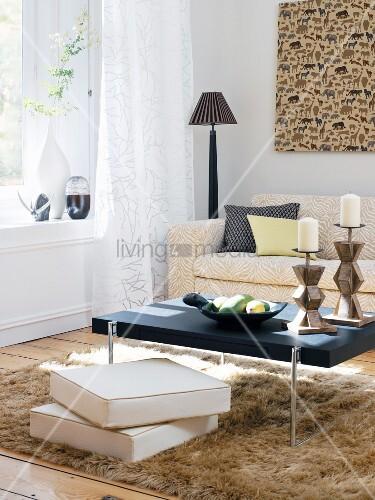 wohnzimmer mit afrikanischen accessoires bild kaufen living4media. Black Bedroom Furniture Sets. Home Design Ideas