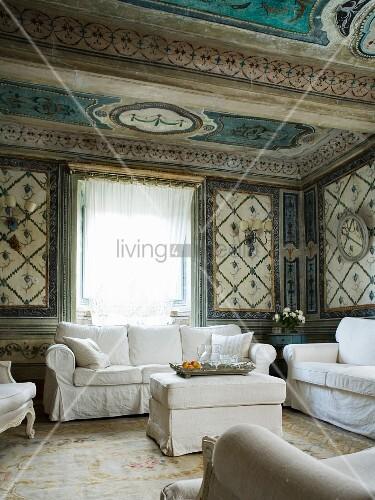 wohnzimmer mit weisser sitzgarnitur in italienischem palazzo bild kaufen living4media. Black Bedroom Furniture Sets. Home Design Ideas