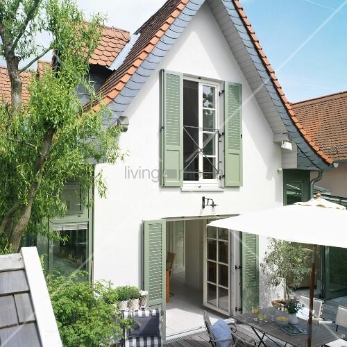 siedlungshaus blick vom garten ber die terrasse aufs. Black Bedroom Furniture Sets. Home Design Ideas