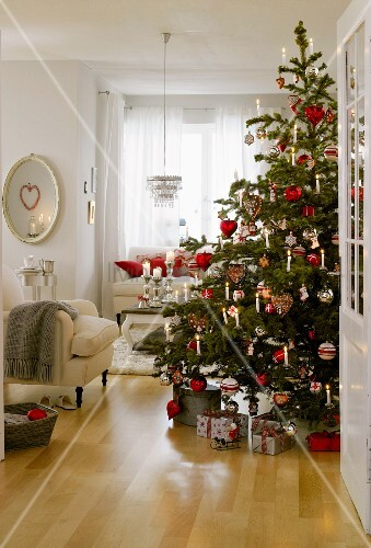 weihnachtsbaum in rot wei silber und naturt nen geschm ckt bild kaufen living4media. Black Bedroom Furniture Sets. Home Design Ideas