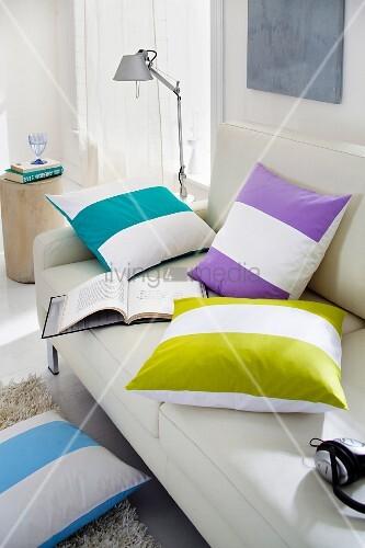 Dekokissen mit farbigen blockstreifen auf sofa bild kaufen living4media Hundeurin aus sofa entfernen