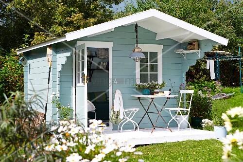 hellblaues gartenhaus aus holz im skandinavischen stil bild kaufen living4media. Black Bedroom Furniture Sets. Home Design Ideas