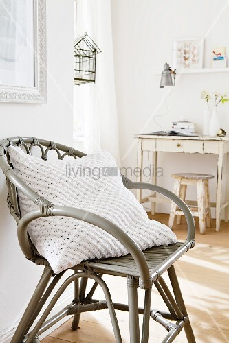 kissen mit weissem strick bezug auf bambusstuhl bild kaufen living4media. Black Bedroom Furniture Sets. Home Design Ideas
