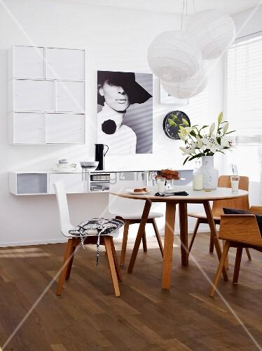wohnraum mit esstisch unsichtbar integrierter hifi anlage in wandregal bild kaufen. Black Bedroom Furniture Sets. Home Design Ideas