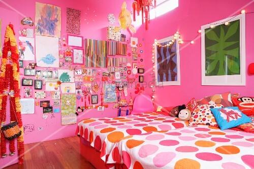 m dchenzimmer mit rosa w nden zwei betten bunter wanddekoration und lichterkette bild kaufen. Black Bedroom Furniture Sets. Home Design Ideas