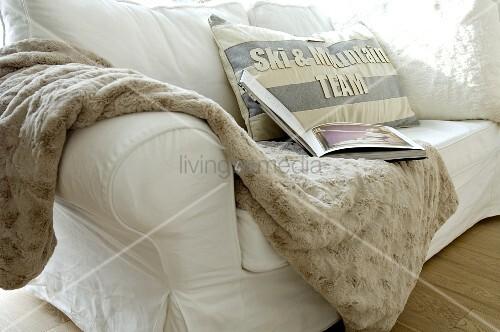 wolldecke und kissen auf einer couch bild kaufen living4media. Black Bedroom Furniture Sets. Home Design Ideas
