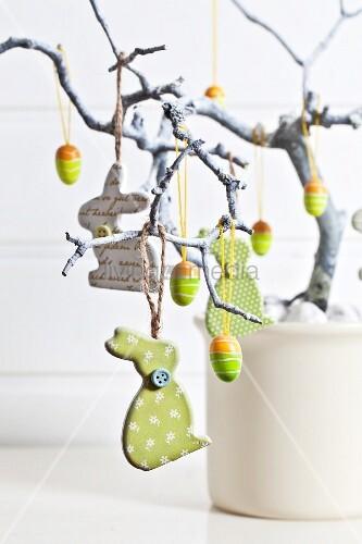 osterbaum mit hasen und eiern geschm ckt bild kaufen living4media. Black Bedroom Furniture Sets. Home Design Ideas