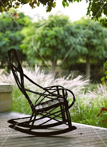 Alter schaukelstuhl auf der terrasse bild kaufen for Schaukelstuhl terrasse