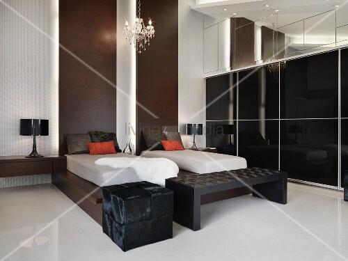 Designer Schlafraum - Einzelbetten auf dunklem Holzgestell ...