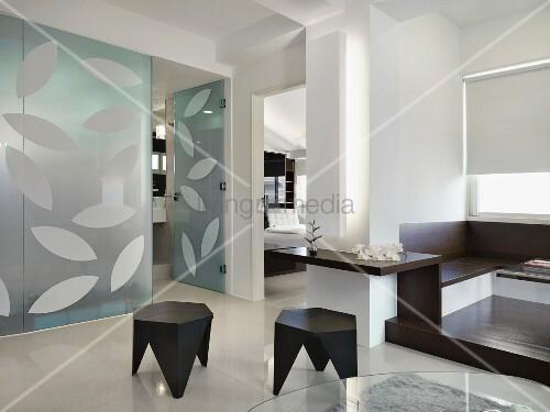 Schwarze Tapete Mit Wei?em Muster : Schwarze Hocker in weissem, offenen Wohnraum mit Glastrennwand und