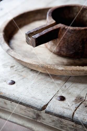 altes metallk nnchen auf holzschale und tisch aus verwitterten holzbrettern bild kaufen. Black Bedroom Furniture Sets. Home Design Ideas